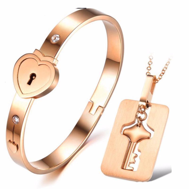Bộ trang sức cặp đôi titan thép không gỉ vòng tay ổ khóa và dây chuyền chìa khóa mạ vàng 14k (Vàng)