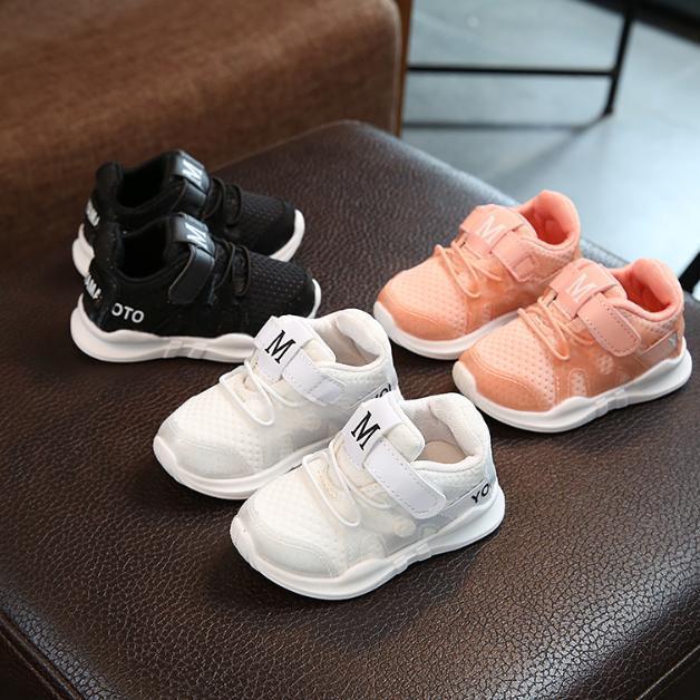 Giày thể thao chữ M cho bé