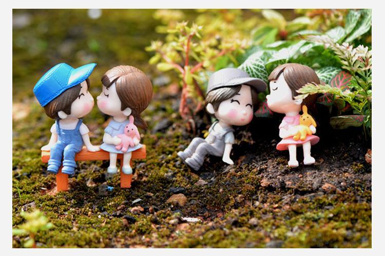 Hình ảnh Phụ kiện tiểu cảnh - Cặp đôi ngồi ghế hôn nhau trang trí terrarium, cây cảnh mini, sen đá