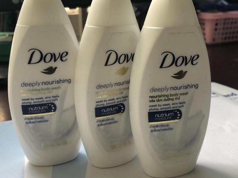 Combo 3 chai sữa tắm Dove Deeply 45 ml + Tặng 1 ví cầm tay xinh xắn
