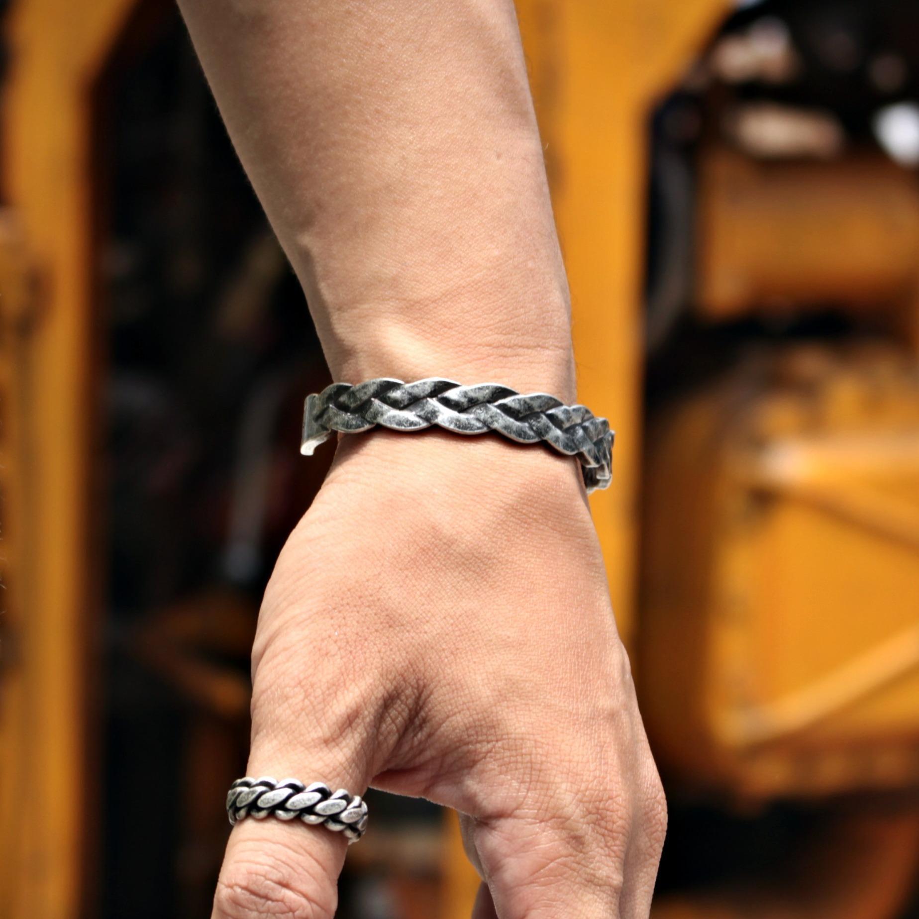 Giá Bán Vong Tay Iron Crown Rẻ Nhất