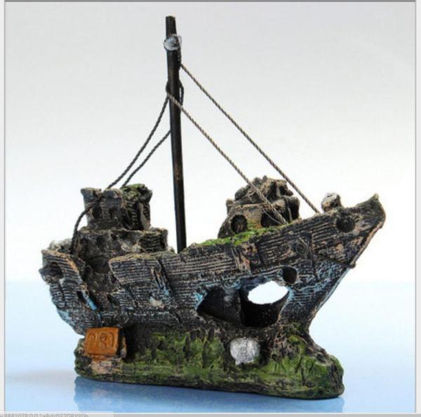 Tượng con tàu đắm bị rêu phủ