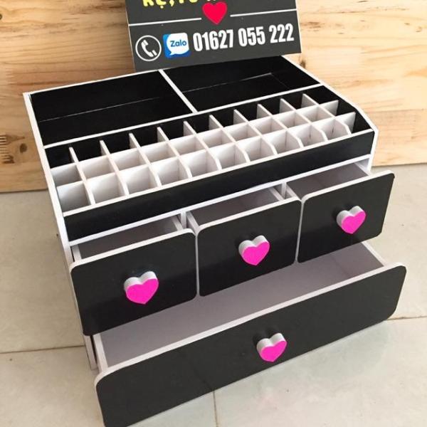 Tủ đựng mỹ phẩm 30cm màu đen núm tim hồng