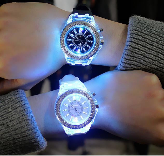 Nơi bán Đồng hồ thời trang nữ- Đính Đá. Mặt Kính chống xước , Có Đèn Led nhiều màu- Viền Đính Đá full -Qbin Shop-MaiToshi-Laxada