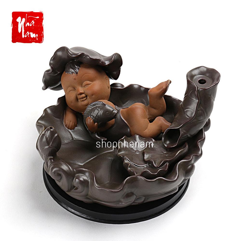Hình ảnh Thác khói trầm hương để bàn tặng 3 nụ trầm quân nghi tử tôn cậu bé ôm cá chép vàng bên ao sen