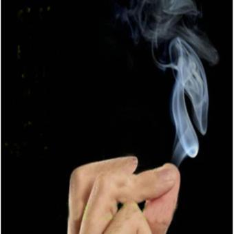 Đạo cụ ảo thuật: Trò khói trắng kỳ diệu bay ra khi xoa các ngón tay