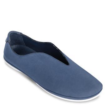 Giày sneakers khoét chữ v