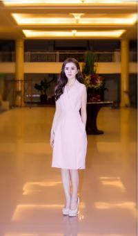 Đầm cổ vest màu hồng có túi thanh lịch