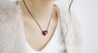 Dây chuyền trái tim sô cô la đỏ đen