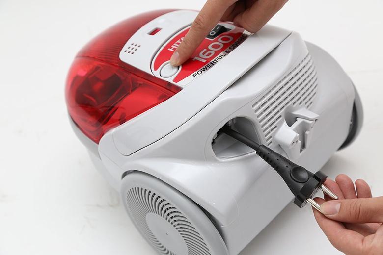 Máy hút bụi Hitachi BM16 – Nhấn nút để thu dây điện thật dễ